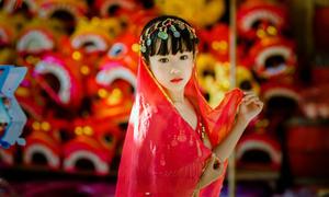 'Cô dâu 8 tuổi' xinh rạng rỡ giữa phố Hàng Mã