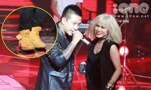 Tuấn Hưng bị nghi đi giày chưa cắt mác lên sân khấu