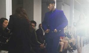 Tao đi muộn, gây lộn xộn trên sàn catwalk của Versace