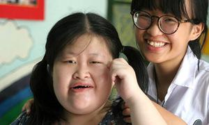 Trẻ em khuyết tật thích thú làm lồng đèn giấy đón Trung thu
