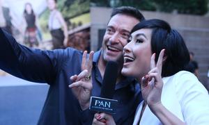 Kathy Uyên tươi rói selfie với 'Người Sói' Hugh Jackman