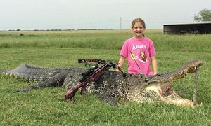 Bé gái 10 tuổi hạ đo ván cá sấu hơn 350 kg