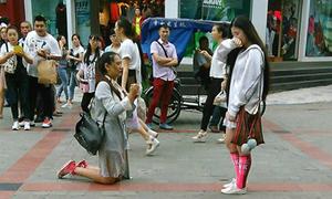Sự thật về màn cầu hôn đồng tính gây xôn xao Trung Quốc