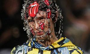Người mẫu gắn kim băng chi chít lên mặt