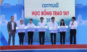 Sinh viên nghèo học giỏi nhận học bổng Carmudi