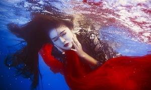 Lilly Luta học bơi chỉ để chụp ảnh dưới nước