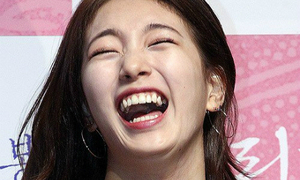Suzy bị chụp ảnh 'dìm hàng' vì cười không kiểm soát