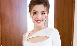 Diễm Trang diện đầm sexy, làm MC tiếng Anh lưu loát