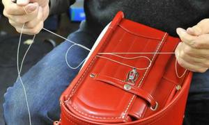 Quá trình làm chiếc túi chống gù lưng nổi tiếng Nhật Bản
