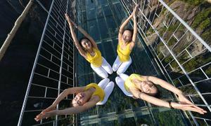 100 thiếu nữ tập yoga trên cây cầu kính 'đáng sợ nhất thế giới'