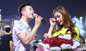 Hoa khôi Hà Thành được bạn trai hát tỏ tình giữa quảng trường