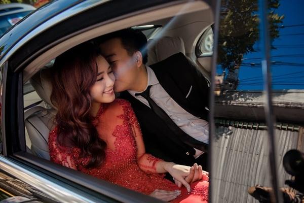 Bạn trai Minh Đức có những cử chỉ lãng mạn với người vợ sắp cưới trước ống kính.