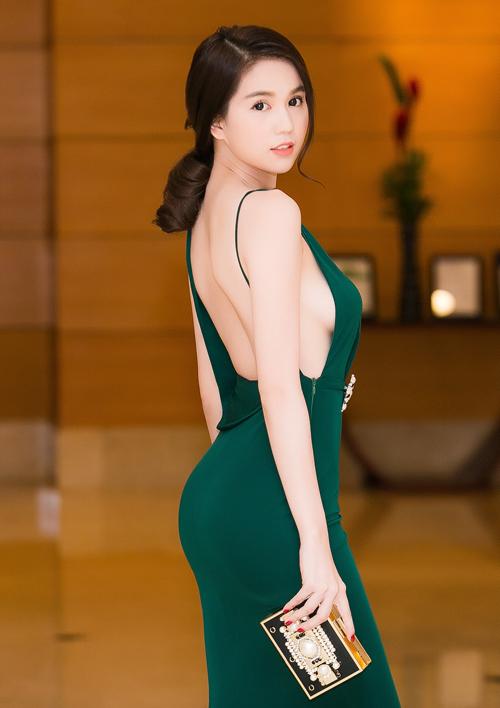 sao-style-21-11-ngoc-trinh-khoe-nguc-tam-tit-kin-mit