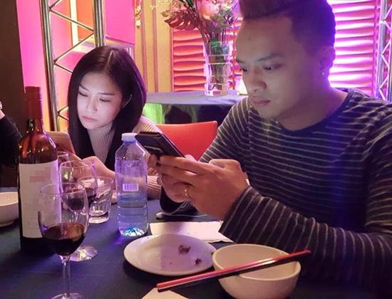Hương Tràm - Cao Thái Sơn bị liệt kê vào hội tự kỷ với điện thoại.