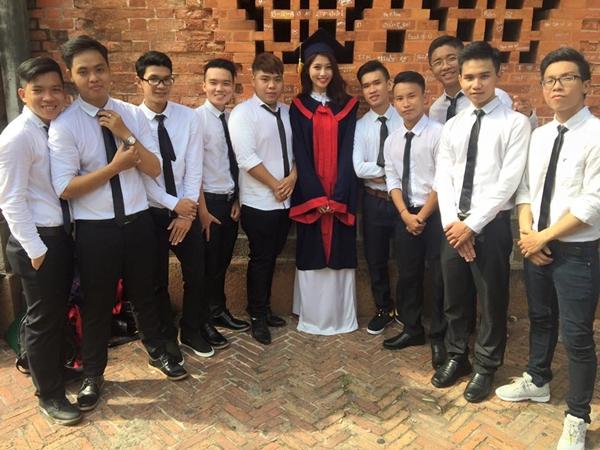 Chế Nguyễn Quỳnh Châu khoe ảnh tốt nghiệp cùng dàn