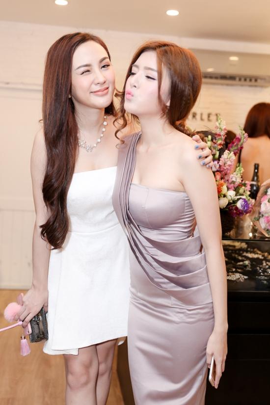 Suốt sự kiện, cả hai luôn thân thiết với nhau như chị em.