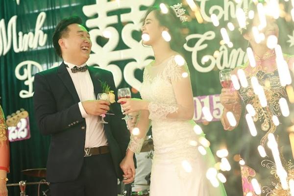 """Hà Min và bạn trai nhìn nhau cười tít mắt vì hạnh phúc khi pháo hoa bắn lên, báo hiệu họ đã chính thức """"về chung một nhà""""."""