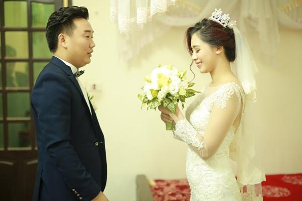 Bạn trai của Hà Min bằng tuổi cô nàng và là lớp trưởng hồi lớp 1 của hot girl Hà thành. Cả hai từng mất liên lạc đến Tết 2014 mới gặp lại và chính thức hẹn hò vào 1/4 năm ngoái.