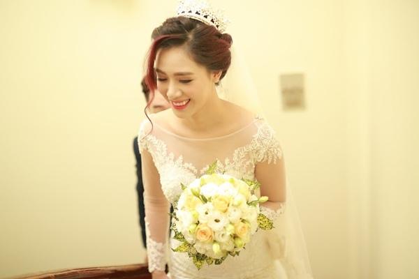 Cô dâu Hà Min xinh rạng rỡ trong ngày lên xe hoa về nhà chồng.