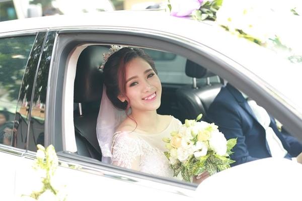 Niềm hạnh phúc ánh lên trong ánh mắt của Hà Min khi thấy chuyện tình 2 năm của mình cuối cùng cũng có một happy ending.