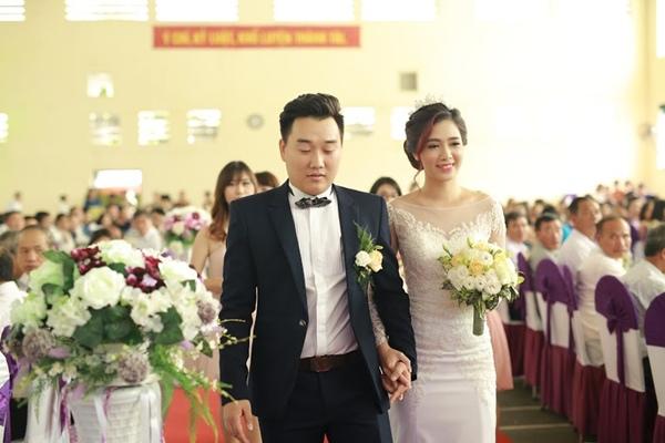 Sau đó, cô dâu và chú rể chính thức bước vào nhà thờ làm lễ thành hôn.