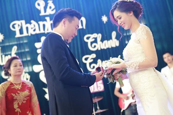 Chú rể Minh Đức hạnh phúc trao nhẫn cho Hà Min.