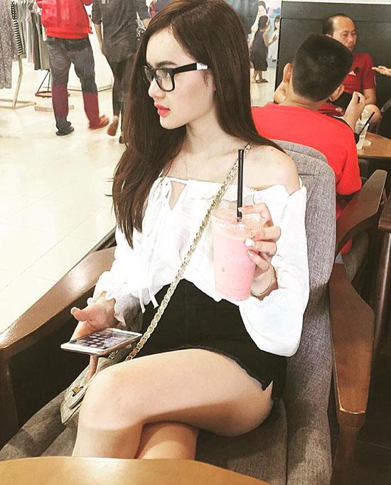sao-viet-23-11-ngoc-trinh-gia-bo-kheo-tay-b-tran-nghien-game-online-3