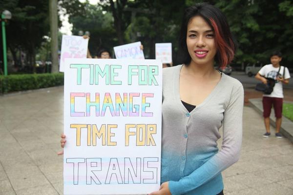 """Một người chuyển giới nữ, với thông điệp """"Thời điểm để thay đổi. Thời điểm cho người chuyển giới."""""""