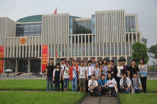Trước cửa tòa nhà Quốc hội