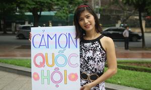 Bạn trẻ LGBT Hà Nội đến trước tòa nhà Quốc hội cảm ơn