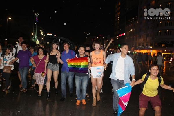 Nắm tay nhau dàn thành hàng ngang và cùng hô lớn những khẩu hiệu mừng người chuyển giới Việt đã bước sang trang mới.