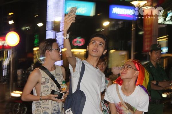 Tụ tập selfie trên tụ điểm vui chơi số 1 của giới trẻ Sài thành với băng đô in hình 6 sắc cầu vồng (biểu tượng cộng đồng LGBT).