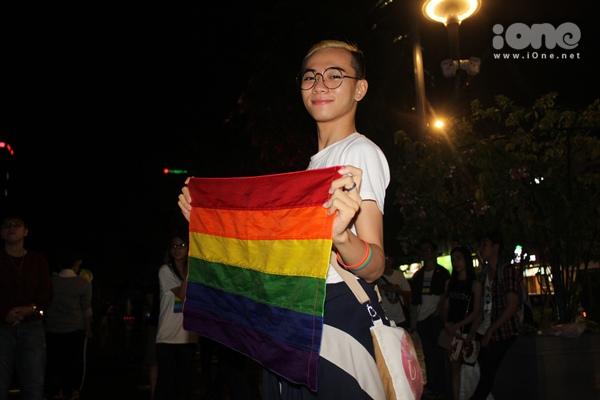 Lá cờ lục sắc của cậu bạn Khoa (sinh năm 1994), sinh viên một trường ĐH thu hút sự chú ý của người đi đường.