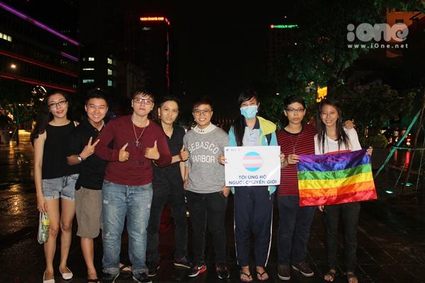 Càng về khuya, các nhóm bạn ủng hộ LGBT kéo đến càng đông đúc, mặc dù mưa nặng hạt.