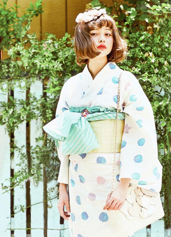 Mẫu teen Tina Tamashiro, 17 tuổi, đang là cái tên rất hot trên mạng châu Á bởi vẻ đẹp tổng hòa cổ điển và hiện đại