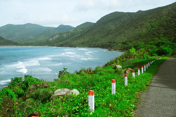 Đi xe máy trên những con đường uốn lượn ngắm cảnh đảo thật tuyệt.