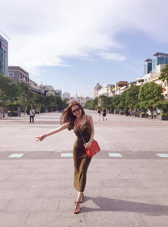 Elly Trần thả dáng ở phố đi bộ Nguyễn Huệ.