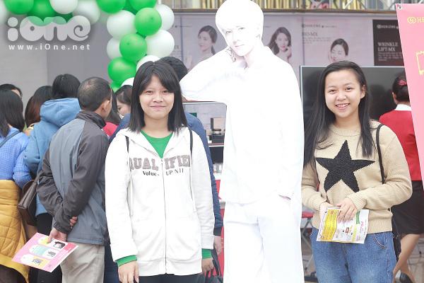 Nhiều fans còn tranh thủ mua sắm poster, món đồ lưu niệm hay hình ảnh liên quan tới thần tượng  của mình.