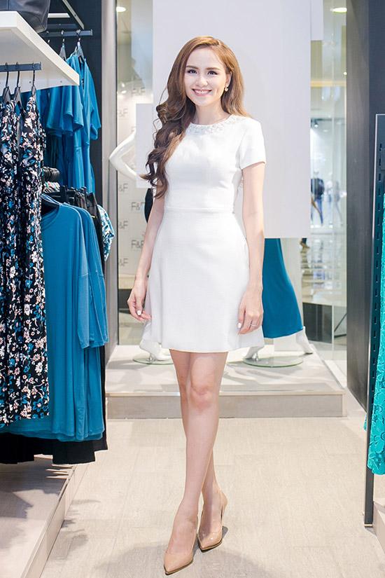 Diễm Hương tích cực đi event ngay trước ngày cưới với bộ váy trắng thanh lịch. Hoa hậu chia sẻ,các công đoạn chuẩn bị cho đám cưới đã được ê-kíp hoàn tất nên cô khá thoải mái khi nhận lời tham gia sự kiện này.