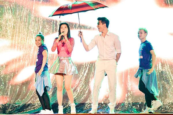 """Tối 29/11, ca sĩ Văn Mai Hương tham dự ngày hội """"Perfect Smooth Skin"""". Đây là chương trình dành cho sinh viện do một phòng khám da từ Thái Lan tổ chức tại nhà Văn hoá Thanh Niên TPHCM."""