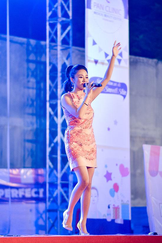 Trên sân khấu, Văn Mai Hương gửi đến những ca khúc hit quen thuộc của mình. Dù diện đôi giày cao gót, Á quân Idol vẫn nhiệt tình chạy xuống khán đài, hoà giọng và nhún nhày nhiệt tình cùng các bạn sinh viên.