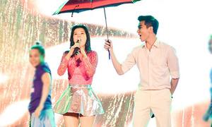 Nam Hee mỏi tay đứng che ô cho Yến Chibi hát dưới mưa