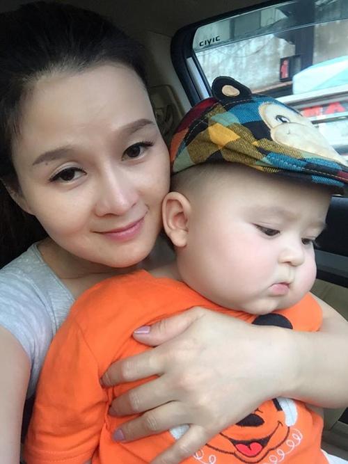 Chân dung bé trai xinh yêu như thiên thần bên cạnh người mẹ.