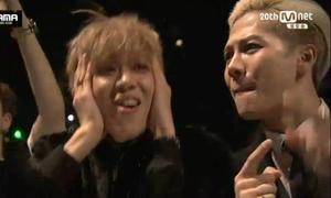 Dàn sao JYP làm mặt 'không thể tin nổi' khi giám đốc nhảy sexy tại MAMA 2015
