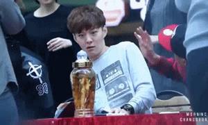 Thần tượng Kpop há hốc trước món quà 'độc' fan tặng