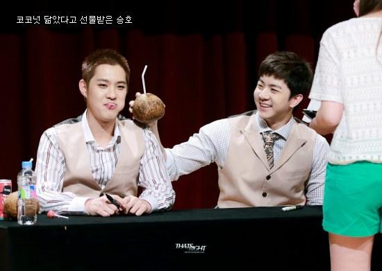 Thunder trêu chọc Seung Ho khi họ nhận được quả dừa cắm ống hút trông không   khác hình ảnh kết hợp giữa mái tóc nâu và kẹo mút của Seung Ho.