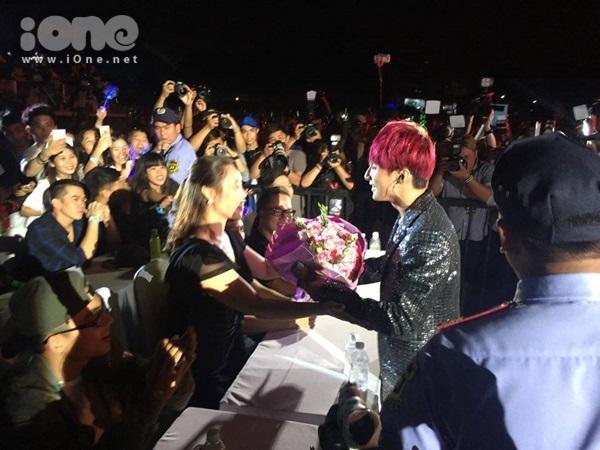 Sau khi thể hiện ca khúc Mẹ yêu cùng Phương Uyên, Sơn Tùng đã mang hoa đến bên mẹ ngồi phía dưới để tặng.
