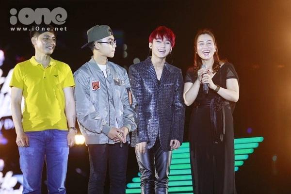 Sơn Tùng mời cả gia đình gồm bố mẹ và em trai Bảo Hoàng lên sân khấu giao lưu. Cả gia đình cùng hát ca khúc Thái Bình mồ hôi rơi.