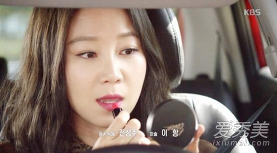 Không hổ danh là biểu tượng thời trang Kbiz, Gong Hyo Jin dùng đồ gì là thứ đó lập tức gây sốt. Thỏi son môi yêu thích của cô trong Producers là sản phẩm của Clio dòngVirgin Kiss Tension Lip