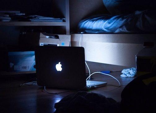 6. Bạn có thể dành hàng tiếng đồng hồ, thậm chí thức khuya để xem thần tượng biểu diễn trên mạng, hoặc ngồi hóng từng chia sẻ của các fan khác về concert đang diễn ra.